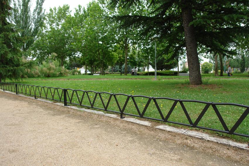 Balcones de hierro barandillas rejas de hierro for Borde para jardin